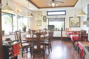 落ち着いた雰囲気の店内。テーブル席のほか、個室の座敷席もあります