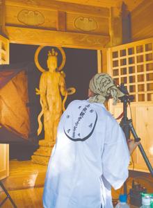 相良三十三観音三十番札所「秋時観音」を撮影する濵田さん