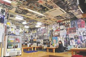 常連客が提供した韓流スターのポスターが壁から天井までびっしり
