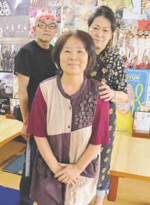 店主のチョン・スンエさん(中央)、スタッフの河口弘一さん(左)、田上りえこさん