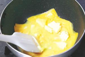 鍋にスライスチーズ、無塩バター50gを入れて弱火にかけ、混ぜながら溶かす。溶けたら牛乳を加え、沸騰直前まで温める。オーブンの天板に湯を張り、160℃に温めておく。
