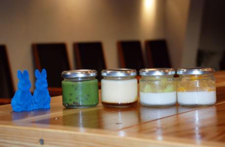 左から「抹茶プリン」(350円)、「ジャージー牛乳プリン」(390円)、 「菊池産メロンのパンナコッタ」(390円)、「玉名産マンゴーのパンナコッタ」(390円)