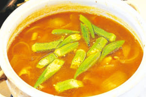 (4)にオクラを加え、1分ほど煮て火を止める。塩、こしょうで味を調える。