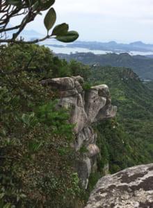次郎丸嶽山頂から見るライオン岩(亀次郎岩というらしい)。あの上に乗る勇気は出なかった。