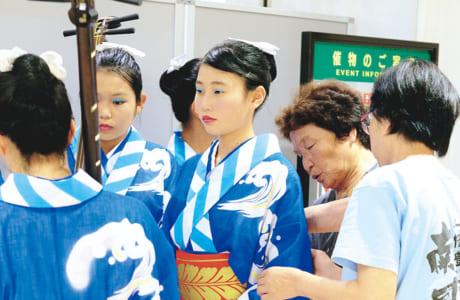 部員の着付けをするのは「牛深ハイヤ保存会」の大ベテラン、竹井ミチナさん(右から2番目)と浦田太嘉子さん(右端)