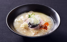 画像:地鶏でだしを取った濃厚な白湯(ぱいたん)スープ