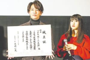 佐藤健さん(左)と土屋太鳳さん