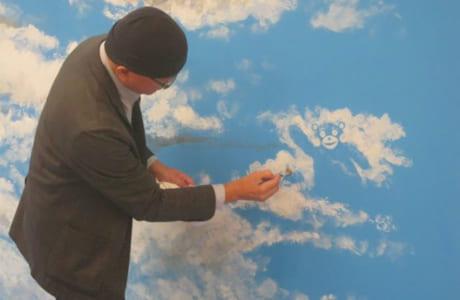 会場の壁に描かれた青空と雲