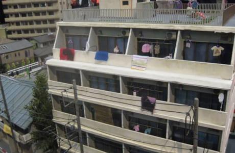 マンションのベランダには洗濯物が掛かっていました