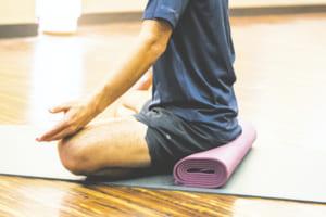 重ねたタオルやクッションにお尻をのせて、骨盤を引き上げるようにすると、背筋も真っすぐ伸ばしやすくなります。