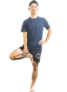 片足を持ち上げ、足の裏を反対側の足の内ももに付けてバランスを取る。この時、足の裏と内ももの両方から押し合うのがコツ。