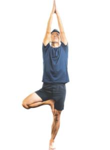 バランスが取れたら視線を上げ、ゆっくり3呼吸する。終わったら反対の足を組んで同じ動作を行う