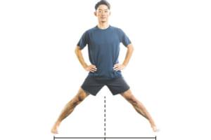両足を大きく開いて立つ。肩幅の2倍ぐらいを目安に。