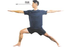 両手を肩の高さで床と水平になるように広げ、顔を右に向けて視線は真っすぐに。ゆっくり3呼吸する。終わったら左足を曲げて同じ動作を行う