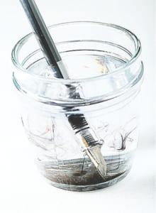 固まったらカートリッジを外し、ペン先と首軸だけを、常温の水を入れた深めの容器に1~2時間、頑固な場合は一晩漬け置きしましょう。