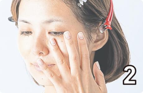 薬指を使い、押さえるようにしながら、頬の中央、目の周りにのせます
