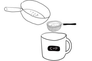 茶こしでルイボスの茶葉をこしながら、カップに注げば完成!