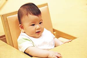 離乳期の子どもと向かい合って食事が楽しめます