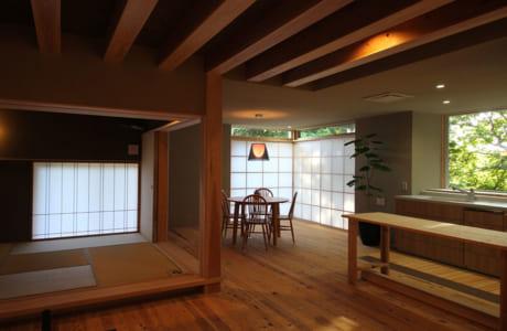 立派な柱と梁、小上がりの和室など、日本の伝統美を受け継いだLDK