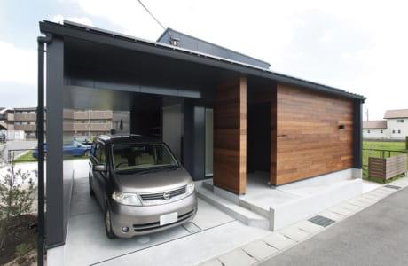 玄関とガレージの屋根が一体化した住まい。雨の日も出入り楽々