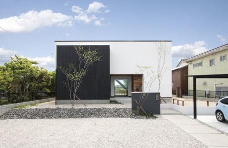 ツートーンカラーが特徴的な、スタイリッシュな印象の住宅。大空間のロフト付きの平屋です