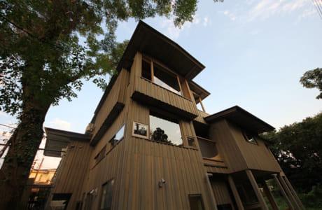 木と珊瑚素材を使った心地よい家。宅地の段差を上手に生かし、道路に面した2階に玄関が設けられています