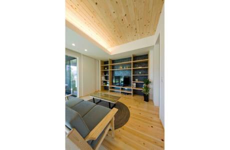 LDKの壁にはおしゃれな造作棚を設置