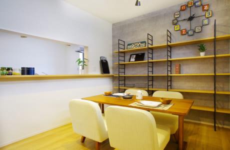 コンクリート調の壁にインテリアで個性を取り入れたLDKはまるでカフェのよう