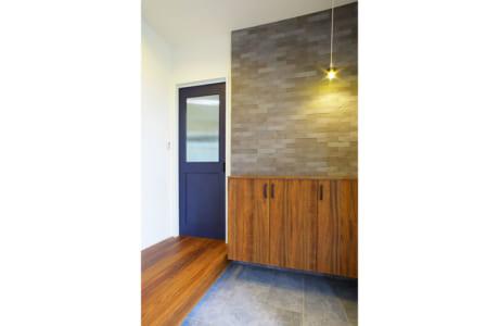 インテリア壁材「エコカラット」を用いてスタイリッシュに仕上げた玄関