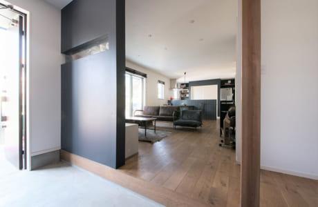 玄関とリビングをフラットにつなげることで、開放感ある空間に
