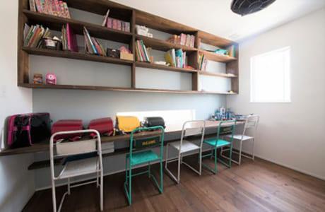 子どもたちの勉強スペースには、教科書などがたっぷり収納できる本棚を設置