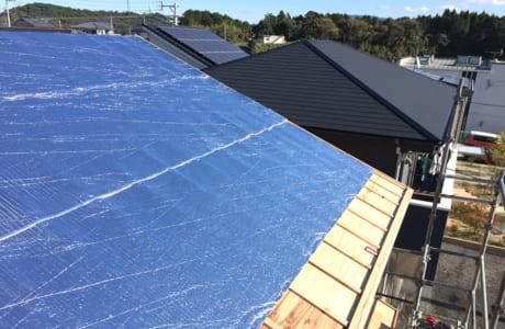 屋根の内側に遮熱シート材「Rフォイル」を貼ることで、太陽の放射熱を大幅にカット