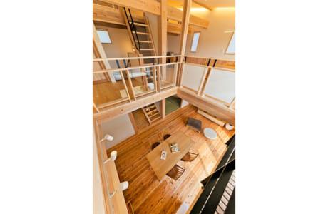 床、柱、梁などふんだんに無垢材を使用。家じゅうが木の香りに包まれています(施工例)