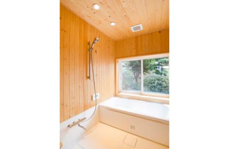 庭を眺めながら、森林浴気分でくつろげるお風呂(施工例)