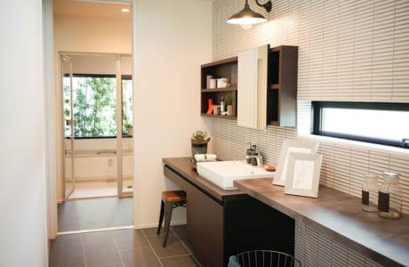 脱衣所、浴室の手前にあるユーティリティースペースはおしゃれな雰囲気