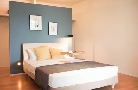 ベッドの奥には両側から入れるウオークインクローゼットがあります