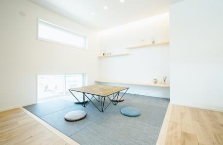 """スタイリッシュな""""タタミコーナー""""には北欧生まれで耐久性も高い床材「ボロン」製の畳を使用。飾り棚も配置し自慢のスペースができました"""
