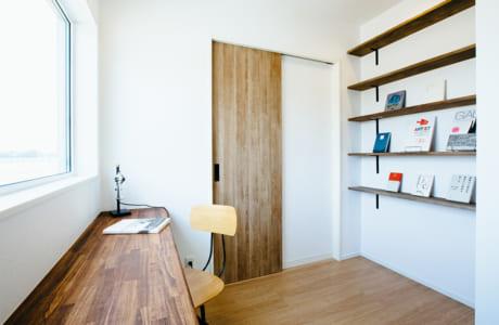"""ママの""""秘密の小部屋""""にしたい書斎スペースは窓に面してカウンターも"""