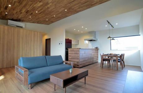 木の温もりあふれるリビング。勾配天井により、開放的な空間に