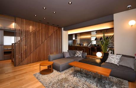 壁ではなく木製の格子で仕切ることで、空間がすっきりと伸びやかな印象に