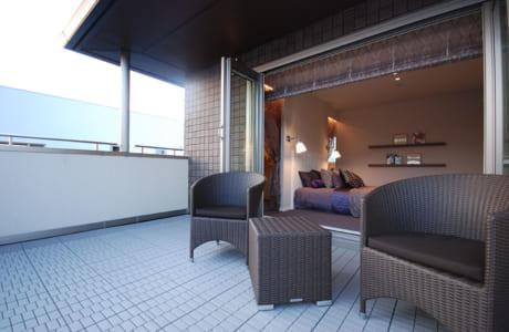 寝室から続くテラスはぜいたくな空間。さまざまな楽しみ方ができそうです