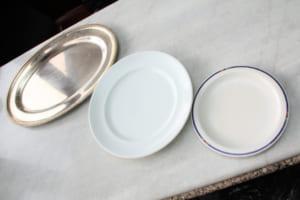 右から通常皿、キングオムライス、そして銀皿