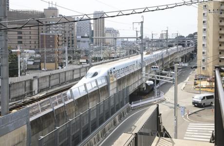 博多へ向かう新幹線を清水寺からパチリ。運転手さんを確認できるほど間近!