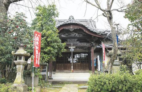 地元では清水寺で知られます。山門からは熊本駅に出入りする九州新幹線がバッチリ見えます。鉄道ファンならずとも、目の前を通り抜ける新幹線にワクワクすること間違いなしです