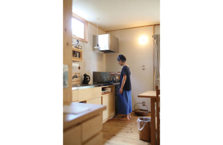 採光用の窓からやさしい光が差し込む明るいキッチン