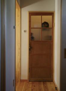 大切に保管していた祖父母の家の扉も活用