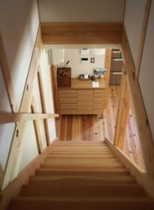木の温もりがあふれる床や階段。はだしで歩いても気持ちいい!