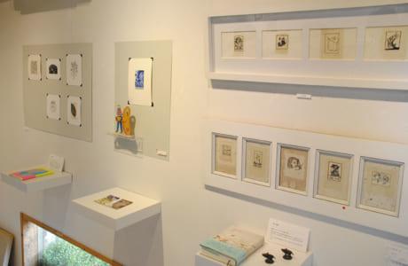 本も一緒に展示された同画廊