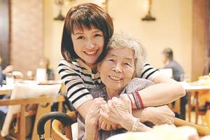 「自撮りのキミちゃん」西本喜美子さんとの笑顔で写ったツーショット