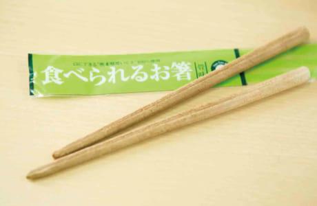 敷物だけでなく、イ草パウダーを練り込んだ「食べられるお箸」も登場
